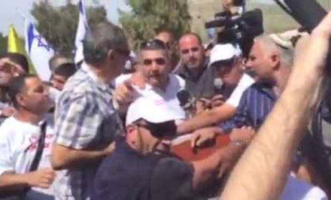 מפגינים תקפו את סגן השר מזוז שכינה אותם 'אספסוף'