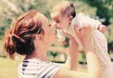 מפחיד: נישקה את התינוק שלה וכמעט הרגה אותו