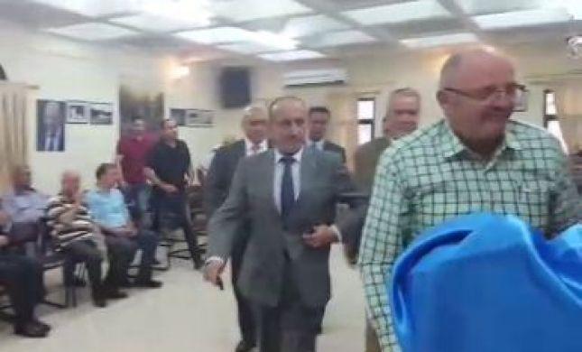 צפו: כך הבריח יוסי דגן את הפלסטינים מהאולם
