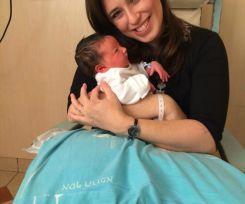 תמונה ראשונה של ציפי חוטובלי והתינוקת