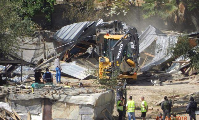 הלחץ עובד: נהרס המבנה הפלסטיני הלא חוקי. צפו