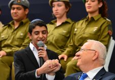 """צפו: עם ישראל שר עם """"שלום לך ארץ נהדרת"""""""