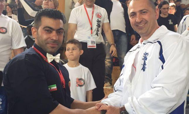 לחיצת יד נדירה בין מאמן ישראלי ואיראני
