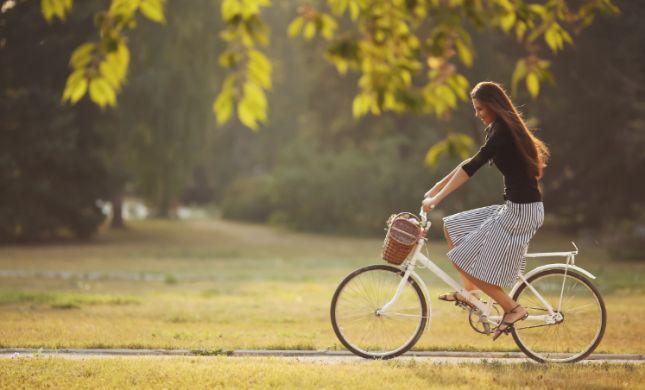 'לא צנוע': אסור לילדות מגיל 5 לרכב על אופניים