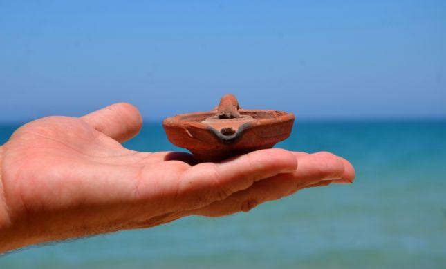 המציל מצא על חוף הים נר בן 900 שנה