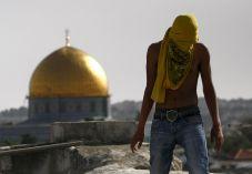 התפרעויות קשות; ערבים התבצרו עם אבנים במסגד