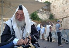 הרב עמאר הגיע לתפילת מחאה בכותל הרפורמי