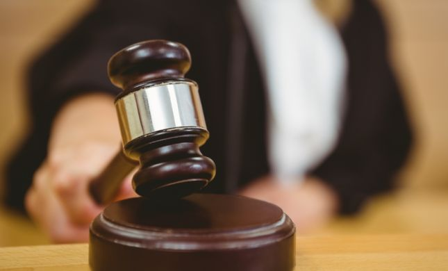 צפו: להגיע למשפט ולגלות שהשופט זה אבא שלך