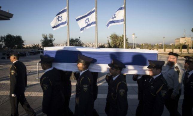 ארונו של  פרס הוצב ברחבת הכנסת; אלפי אזרחים יחלפו על פניו