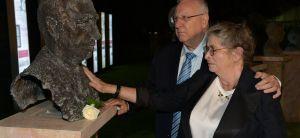 חדשות, חדשות פוליטי מדיני הנשיא הניח פרח על פסלו של שמעון פרס