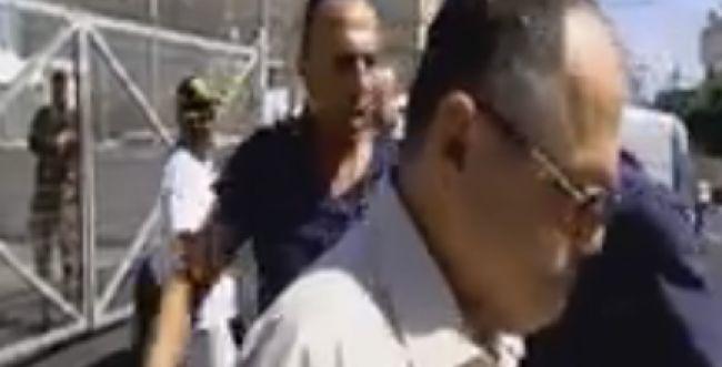 צפו: אמנון אברמוביץ' מותקף: 'חבל שלא נשרפת למוות'