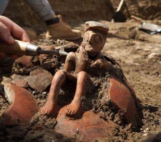"""ארכיאולוגיה, טיולים בן 3800 שנה: """"ה""""אדם המהרהר"""" נחשף ביהוד"""