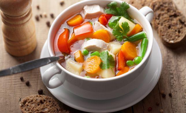 אפור בחוץ צבעוני בפנים: מתכון למרק ירקות עשיר