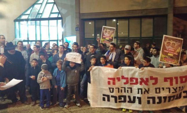 מאות הפגינו מול ביתו של כחלון: אל תהרוס את עמונה