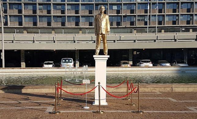 מי הציב פסל מוזהב של נתניהו בכיכר רבין?