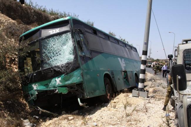 Israeli security and rescue forces at the site of a truck and bus crash on a junction near the West bank village of Halhoul, near Hebron, on August 28, 2013. An Israeli passenger bus went off the road after crashing with a truck, leaving 2 seriously and 20 lightly injured. Photo by Gershon Elinson/Flash90 *** Local Caption ***  áðé àãí 22  ðôöòå á úàåðä áéï àåèåáåñ àâã ì îùàéú  ìéã ä ëôø çìçåì  ù á àæåø çáøåï  2 ôöåòéí ðôâòå áàåøç ÷ùä  å òåã 20 ðôöòå áàåøç ÷ì òã áéðåðé  ä úàåðä   äàåèåáåñ ñèä ì úòìä ì àçø ù äúðâù á îùàéú