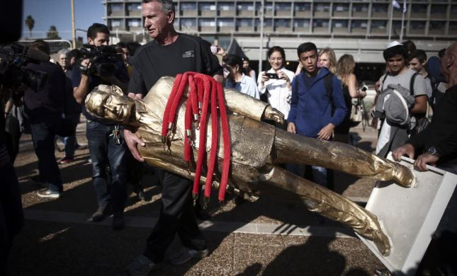 מי הסכים לקבל את פסל הזהב של נתניהו?