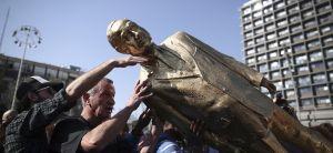 חדשות, חדשות בארץ זה הסוף: פסל הזהב של ביבי הופל בכיכר רבין