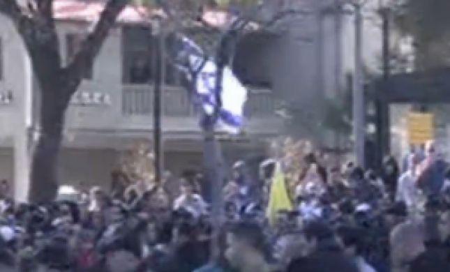 משפט אזריה: עיתונאי חדשות 2 חטף אגרוף ממפגינים
