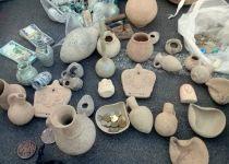 עשרות עתיקות החשודות כגנובות נתפסו בשוק של עכו