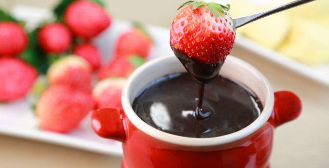 היום מותר לכם לחגוג: מתכון לפונדו שוקולד מריר
