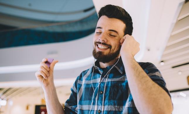 מיהו האמן שהמופע שלו עולה-חיוך גדול?