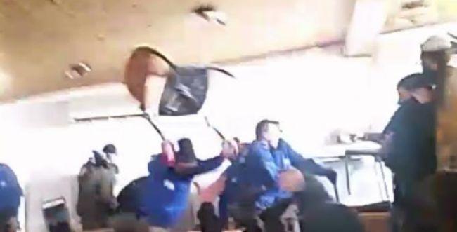 צפו: שוטר משליך כיסא על נערים בעמונה