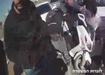 צפו: מעצר נהג קטנוע כשעל גופו עשרות מנות הירואין