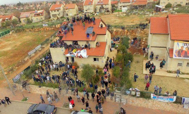 מאות מתבצרים באחד הבתים, כוחות הבטחון מכתרים אותם