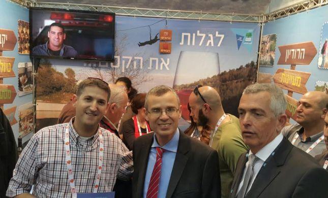 יריב לוין הגיע במיוחד לעמדת התיירות של גוש עציון בתערוכת התיירות בגני התערוכה