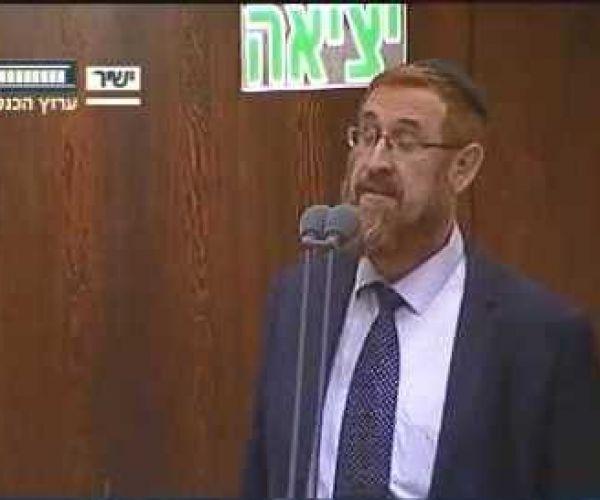 """מוזיקה, תרבות צפו: יהודה גליק מקריא את """"גשם מטפטף"""" בכנסת"""