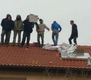 חדשות המגזר, חדשות קורה עכשיו במגזר כוחות מיוחדים הוקפצו כדי להוריד את הנערים מהגג