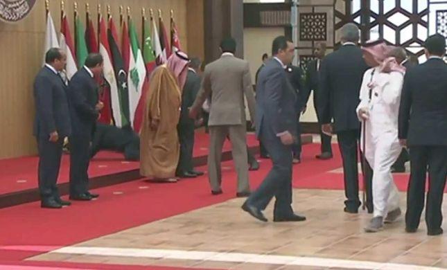 צפו: נשיא לבנון מתרסק על הרצפה בועידה הערבית