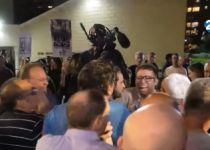 צפו: פעילי 'שוברים שתיקה' זורקים את חזן מהאירוע