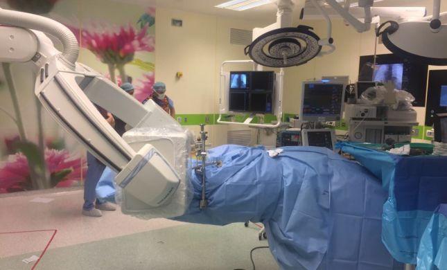 אהרון שבר את גבו בתאונת עבודה קשה, ניתוח פורץ דרך עולמי לקיבוע שבר בעמוד השדרה יעמיד אותו על רגליו