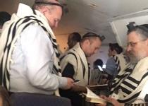 בדרך לפולין: בנט ושמחה גולדין בתפילה משותפת