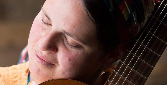 שרה מהלב: הסרוגה שבחרה ליצור מתוך האלימות