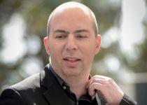 מביך: כתב ערוץ 10 תקף את בנט בגלל ספר וחזר בו