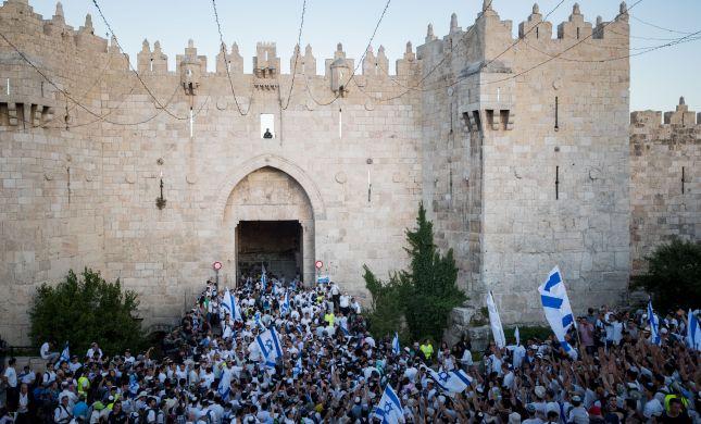גלריית ענק: 100,000 חוגגים בריקוד דגלים