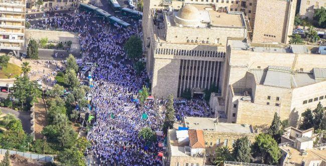 עשרות אלפי סרוגים בריקוד הדגלים בירושלים