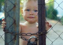 צפו: התינוק הבורח שקורע את הרשת