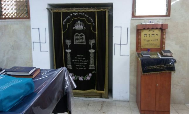 מזעזע: צלבי קרס על ארון קודש בירושלים