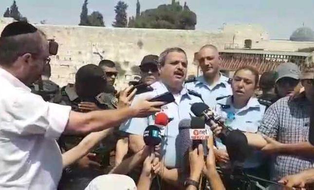 """צפו: פעילי ימין פוצצו למפכ""""ל מסיבת עיתונאים"""