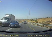 כמעט תאונה חזיתית: רכב ערבי עוקף על פס לבן. צפו