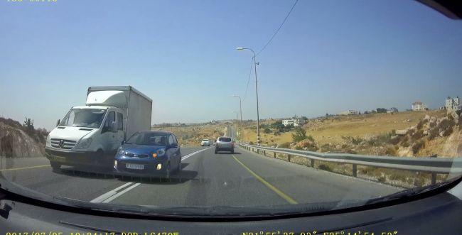 תאונה: כמעט תאונה חזיתית: רכב ערבי עוקף על פס לבן. צפו