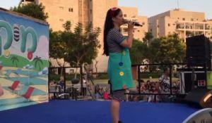 מבזקים, מופע, תרבות צפו: כוכבת הילדים קיבלה בשורה קשה ועלתה להופיע