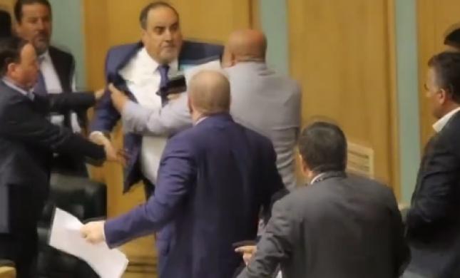 בגלל העסקה עם ישראל: מכות בפרלמנט הירדני. צפו