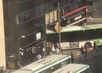 צפו: האוטובוס 'נבלע' בתוך בניין בתל אביב