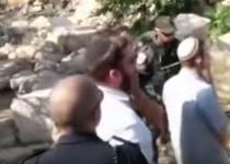 השוטר חסם את פיו של היהודי מלומר קדיש. צפו