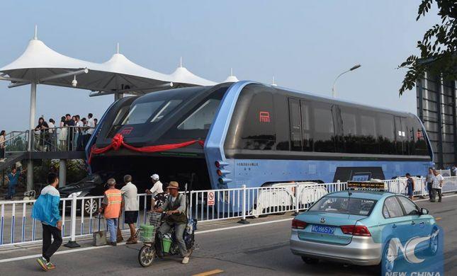 הסוף המאכזב של האוטובוס שנוסע מעל מכוניות